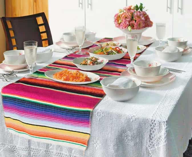 mesa decorada con camino de mesa mexicano