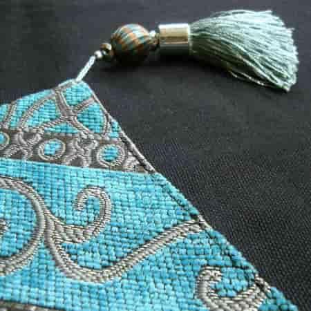 camino de mesa bordado con elemento ornamental