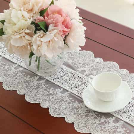 camino de mesa a crochet para navidad, de encaje blanco y delicado ganchillo