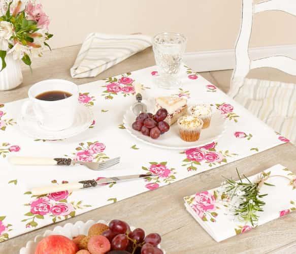 mesa embellecida con camino de mesa floral