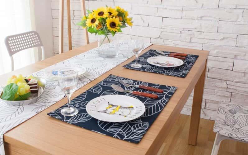 corremesa estampado adornando una mesa de comedor
