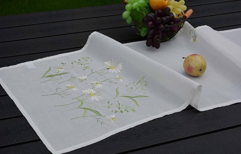 camino de mesa rupestre bordado con flores del campo