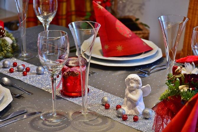 Vestir mesa de navidad con adornos y camino de mesa festivo