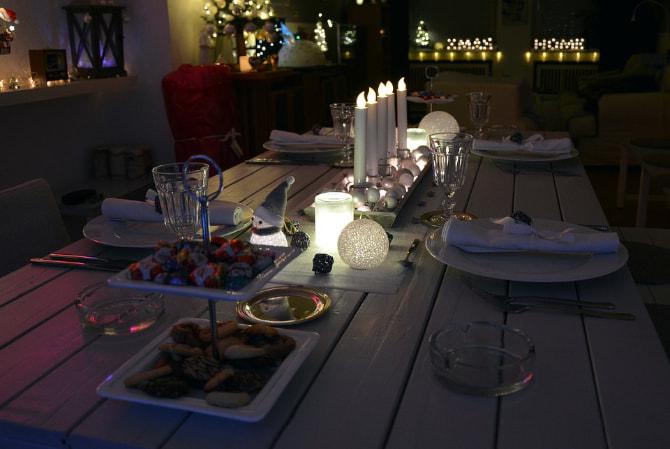 mesa navideña decorada en mitad de la noche