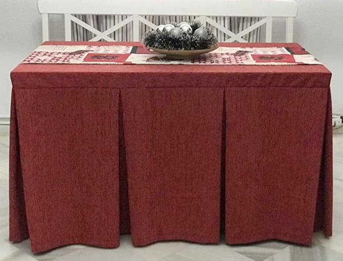 mesa camilla decorada con faldas en un salon