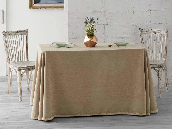 salón decorado con una mesa camilla rectangular