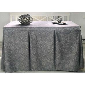faldillas con fuelles para mesa camilla de color gris plata efecto marmol decorando una sala de eventos