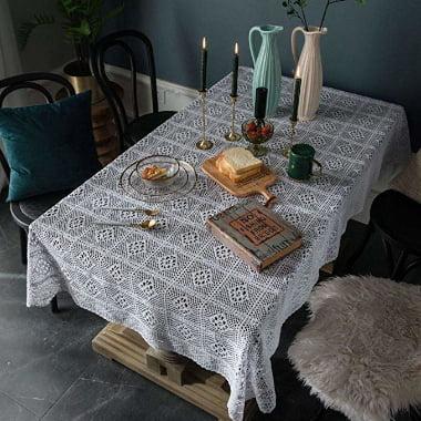 A crochet, mantel de ganchillo blanco rectangular o cuadrado en punto de cruz
