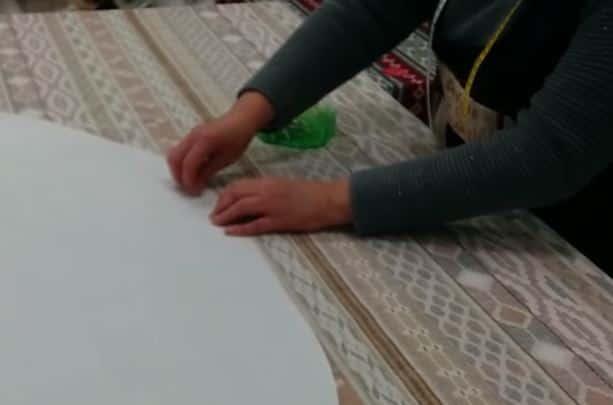 13 - colocando alfileres para sujetar el patrón en la tela