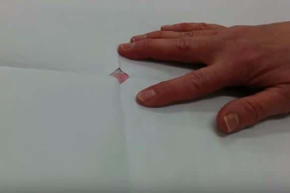 11 - orificio del patrón de papel sobre la marca del centro de la tela para seleccionada hacer una falda de mesa camilla ovalada