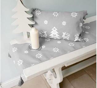 conjunto de mantel navideño, cojin navideño, delantales navideños, caminos de mesa navideños, servilletas navideñas.. Colección gris playa y blanco.