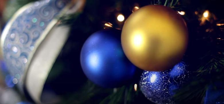 Paso 4 - poner las bolas de navidad en el árbol.