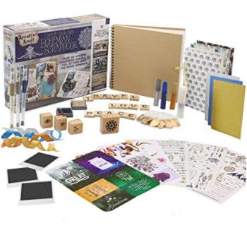 Kit de accesorios y materiales para hacer scrapbooking.