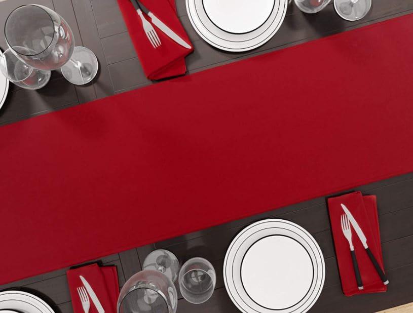 Camino de mesa y mantel a juego del color rojo navidad, un rojo muy especial que imprime la emoción navideña por su color.