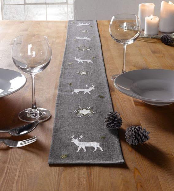 camino de mesa navideño con renos, ciervos y estrellas ideal para decoraciones rústicas.