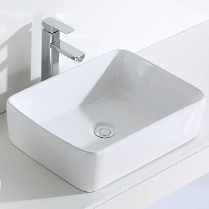 lavabo rectangular sobre encimera, montado en una encimera de color claro.