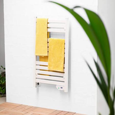 Radiador toallero de diseño moderno blanco de bajo consumo.