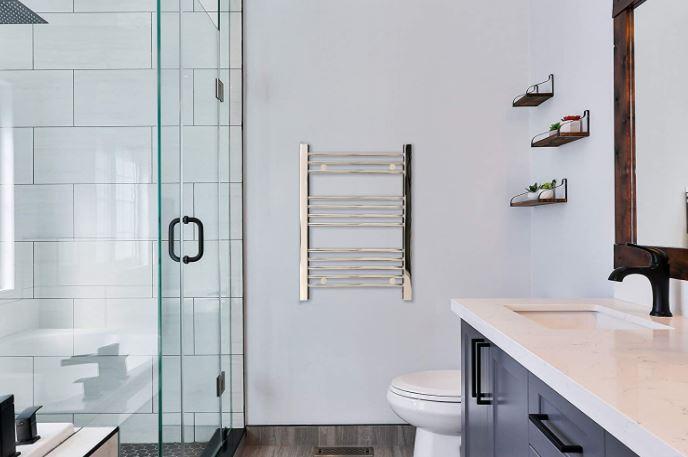 Radiador toallero eléctrico pared cromado de color gris plata, plateado brillante.