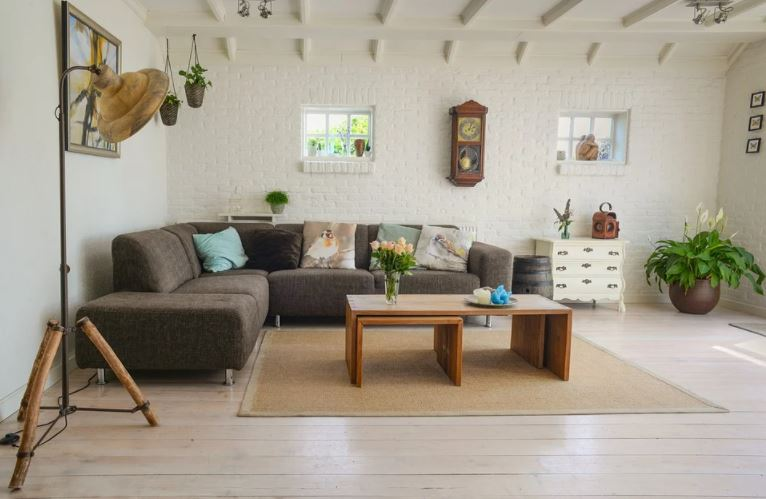 Truco para decorar: un salón de tonos claros para destacar con elementos que aporten color.