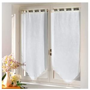 Visillos de color blanco con diseño en punta o pico triangular.