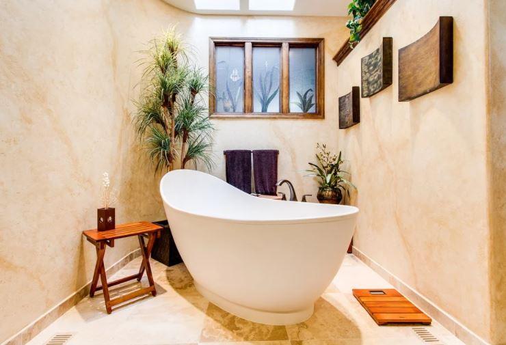 Una pequeña habitación abierta dedicada entera a la bañera.