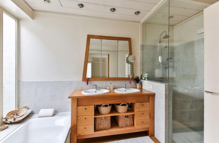Una idea para introducir al cuarto de baño un toque cálido y luminoso.