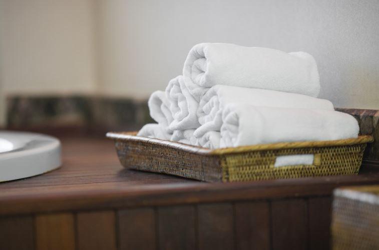 Bandejas para embellecer el baño y organizar las toallas de aseo personal pequeñas.