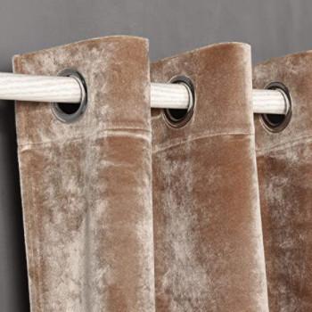 Cortina barata de terciopelo marrón claro.