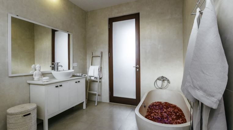 Ésa bañera no es gótica, pero lo parece.