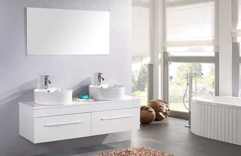 Un cuarto de baño moderno de dos senos con mucha luz, decorado en estilo minimalista.