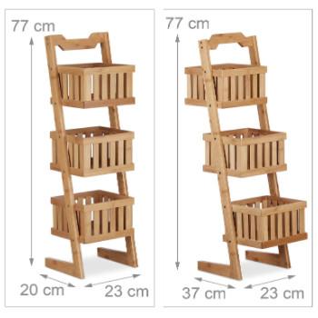 Estantería de baño inclinada vertical, a modo escalera, con cestos para organizar el baño.