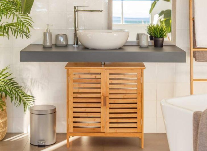 Un mueble bajo lavabo de bambú en un cuarto de baño que transmite calma.