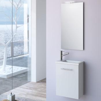 Mueble de baño bajo lavabo de color blanco para colgar de la pared. Lavabo de fondo reducido y espejo horizontal.